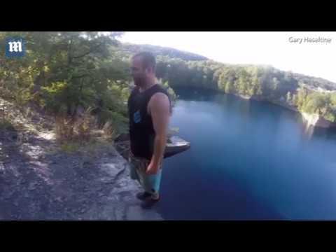 شاهد قفزة مدهشة لمغامر من فوق جرف صخري شاهق
