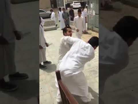شاهد مشاجرة عنيفة بين الطلاب داخل مدرسة في الرياض