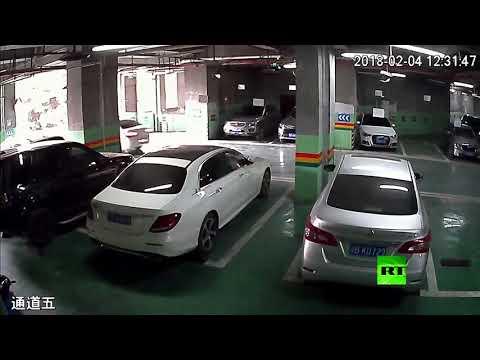 شاهد لحظة انقلاب سيارة بعد خروجها من الطابق الثاني