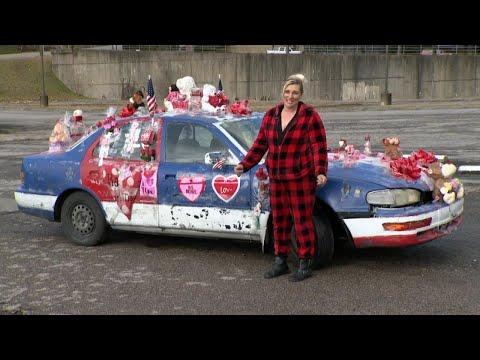 شاهد امرأة تزين سيارتها بـالدباديب استعدادا لعيد الحب