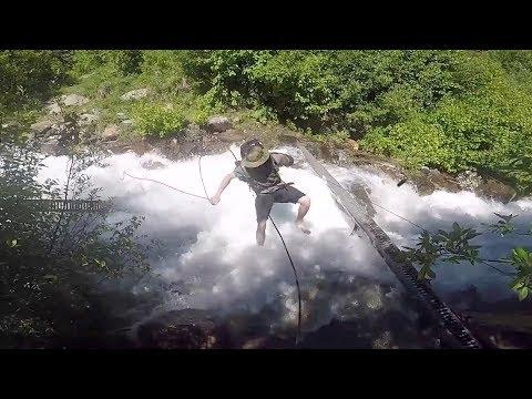 شاهد لحظات عصيبة لمغامر سقط في منحدر مائي خطير
