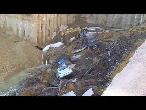 شاهد  حفرة تبتلع عددًا من السيارات في روما