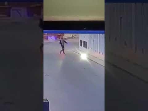 شاهد لحظة اعتداء لص على فتاة بطريقة وحشية وسرقة حقيبتها