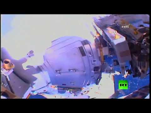 شاهد رائدا فضاء يخرجان إلى الفضاء المفتوح
