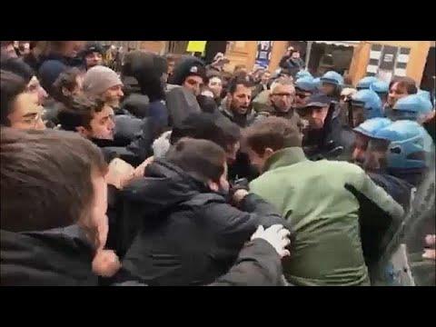 شاهد مواجهات عنيفة بين الشرطة ومتظاهرين ضد اليمين الإيطالي