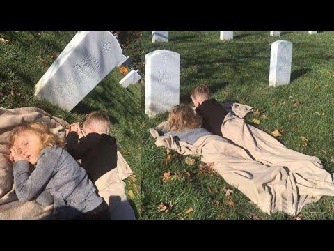 بالفيديو طفل ينام بجوار قبر والده ويقول لأمه شيئًا لا يصدق