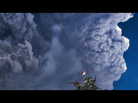 ثوران بركان  جبل سينابونغ مكونًا سحابة رمادية