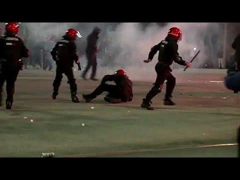 شاهد مقتل شرطي إسباني خلال مظاهرات بين مشجعي سبارتاك موسكو وأتليتيكو بلباو