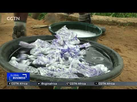 شاهد نيجيري يستخدم الأكياس البلاستيكية من النفايات لصناعة الملابس