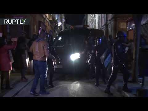 شاهد اشتباكات بين المهاجرين والشرطة وسط مدريد إثر وفاة بائع أفريقي متجول
