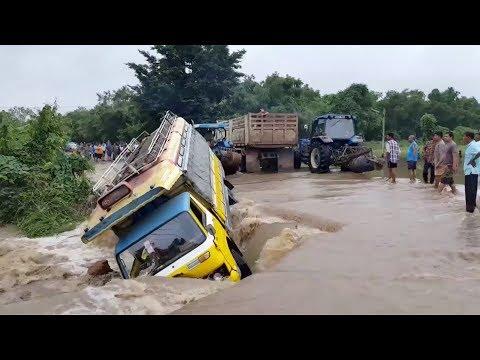 لحظة إنقاذ باص من الانجراف في الفيضانات العارمة