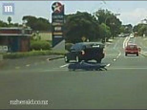 سقوط جثة من سيارة موتى وسط السيارات