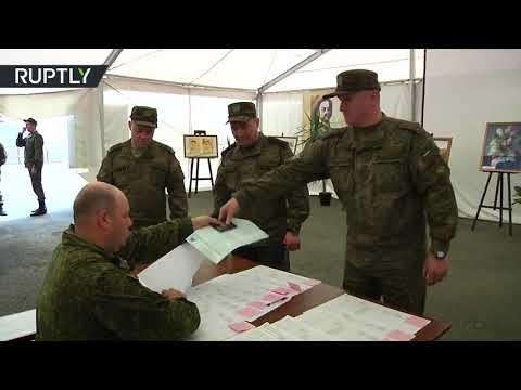 شاهد العسكريون الروس في حميميم يُدلون بأصواتهم