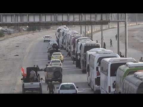 بالفيديو مقاتلون ومدنيون يغادرون مدينة حرستا