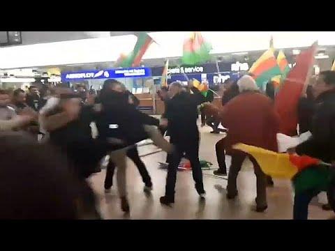 شاهد مطار هانوفر يتحول إلى ساحة عراك بين الأكراد والأتراك