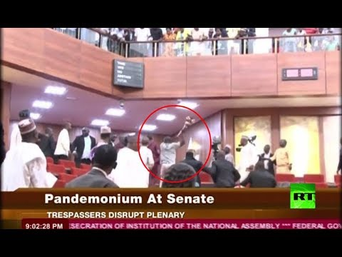 شاهد لحظة تسلل لصوص إلى داخل برلمان نيجيريا وسرقة صولجانا