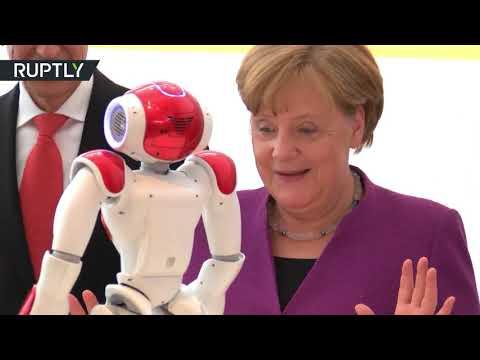 شاهد ميركل تداعب روبوتًا