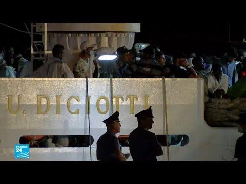 سفينة تحمل أكثر من 500 مهاجر ترسو في صقلية