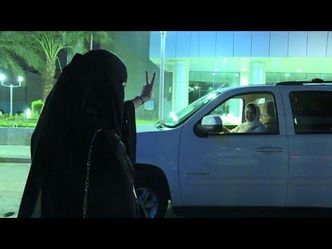 سعوديات يتجولن بسياراتهن في المملكة