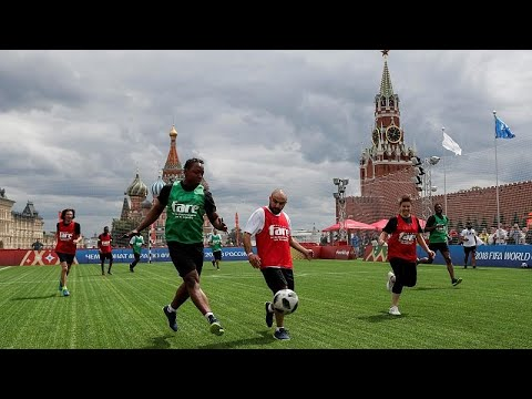 شاهد مهاجرون من افريقيا وآسيا يطلقون نسختهم الخاصة من كأس العالم