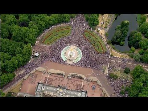 شاهد الملكة اليزابيث تحضر احتفالات سلاح الجو الملكي