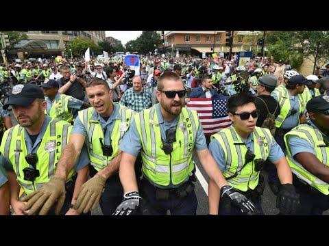 شاهدعشرات النازيين الجدد يتظاهرون في واشنطن مقابل مئات من المناوئين لهم