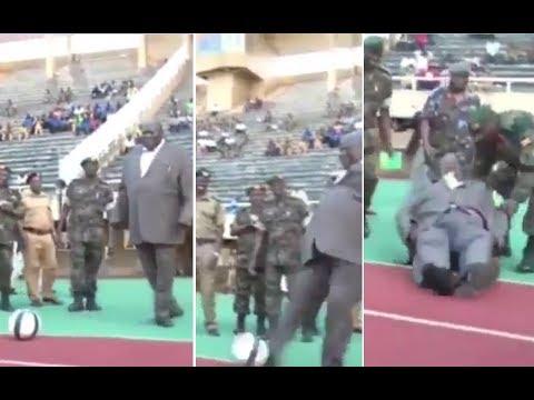 شاهد  سقوط وزير أوغندي أثناء افتتاحه ملعب لكرة القدم
