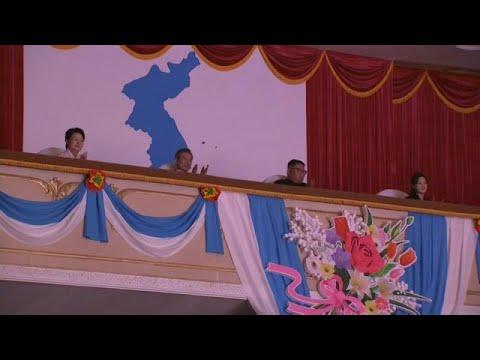 بالفيديو زعيما الكوريتين يحضران حفلًا موسيقيًا في بيونغ يانغ