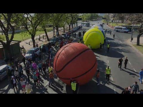كرات عملاقة تجول العاصمة الأرجنتينية بمناسبة انطلاق الألعاب الأولمبية للشباب