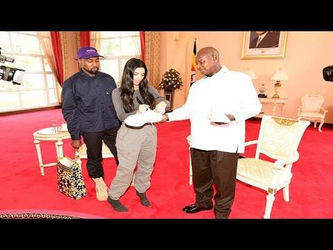 شاهد كيم كارداشيان وزوجها يهديان رئيس أوغندا زوجًا من الأحذية الرياضية