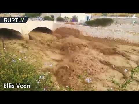 أعلن الدفاع المدني الأردني مقتل 11 شخصا جراء السيول الجارفة