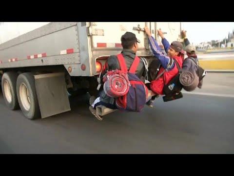 شاهد آلاف المكسيكيين يتشبثون بالشاحنات على أمل الوصول إلى الحدود الأميركية
