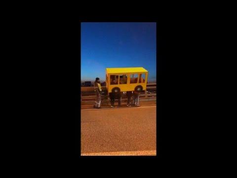 شباب يتنكّرون بزي حافلة ليتمكّنوا مِن عبور جسر في روسيا