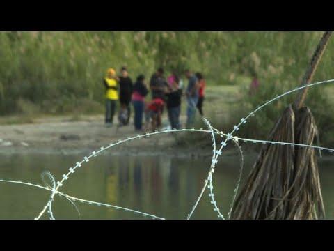 جنود الجيش الأميركي يضعون أسلاكًا شائكة عند الحدود مع المكسيك