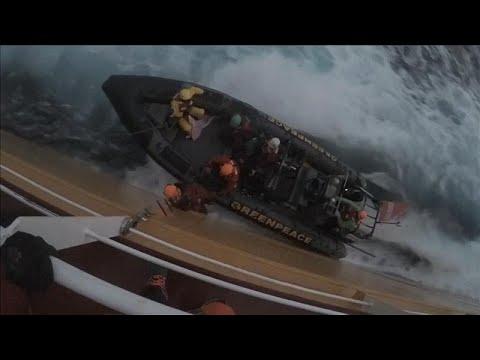 شاهد ناشطون يقفزون على سفينة تنقل زيت النخيل قرابة السواحل الإسبانية