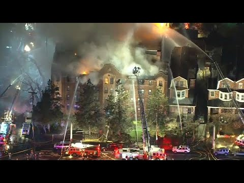 شاهد حريق داخل مبنى مؤلف من أربعة طوابق في ولاية فيلادلفيا الأميركية