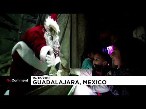 سانتا كلاوس في المكسيك يسبح مع الأسماك