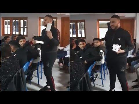 شاهد  مدرس يمنح تلاميذه هواتف محمولة هدية