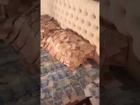 شاهد مغربي يستعرض بفلوسه أمام الكاميرا