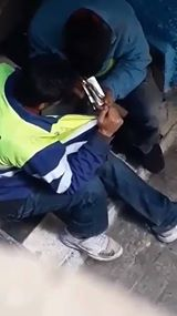 شاهد  شابان  يتناولان الهيروين نهارًا في أحد شوارع طنجة