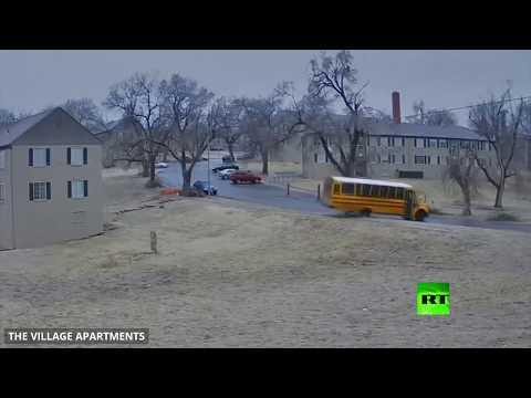 لحظة انقلاب حافلة مدرسية على طريق جليدي في الولايات المتحدة