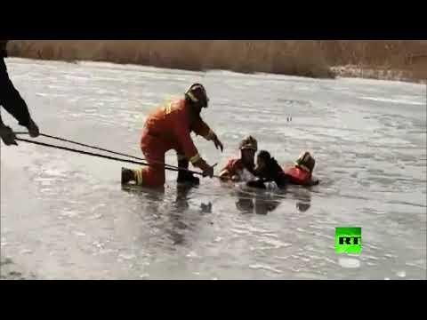 طفلان ينجوان من الموت بأعجوبة في بحيرة متجمدة بالصين