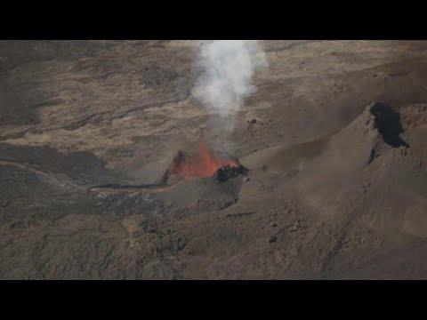 شاهد  الأرض تخرج حممًا متوهجة في جزيرة لاريونيون الفرنسية