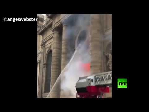شاهد اندلاع حريق ضخم في كنيسة سان سولبيس الضخم في باريس