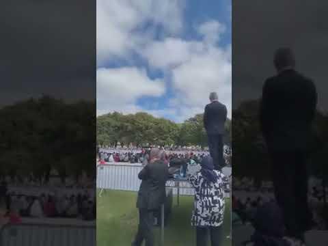 شاهد حشد كبير من مختلف الديانات لمشاركة المسلمين صلاة الجمعة في نيوزيلندا