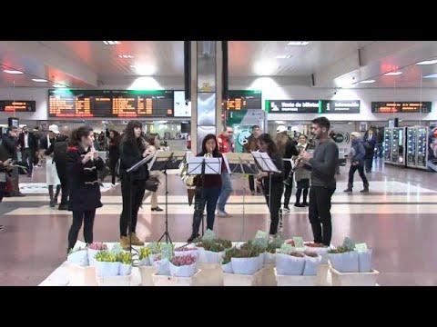 شاهد استقبال بالورود والموسيقى لرواد محطة قطار في إسبانيا