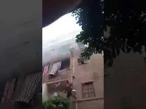 شاهد شاب مصري يجازف بحياته ويتسلَّق مواسير عقار لإنقاذ 3 أطفال