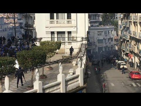 شاهد اشتباكات عنيفة في الجزائر بين المتظاهرين وقوات الأمن