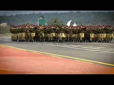 شاهد باكستان تحتفل بيومها الوطني باستعراض عسكري