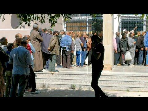 شاهد ليبيون يعانون من نقص الغذاء بعد نزوحهم بسبب حرب طرابلس